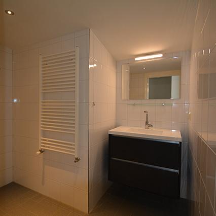 Een nette moderne badkamer