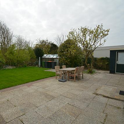 Zonnig terras en grote tuin